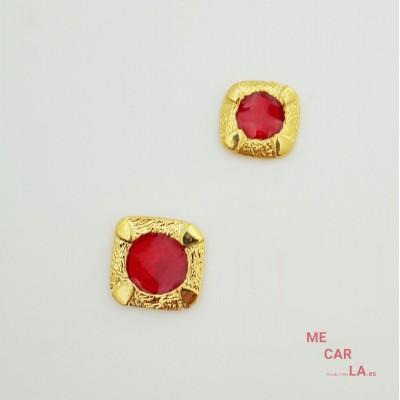Botón de metal dorado con motivo rojo lacado