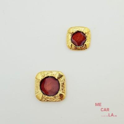 Botón de metal dorado con motivo granate lacado