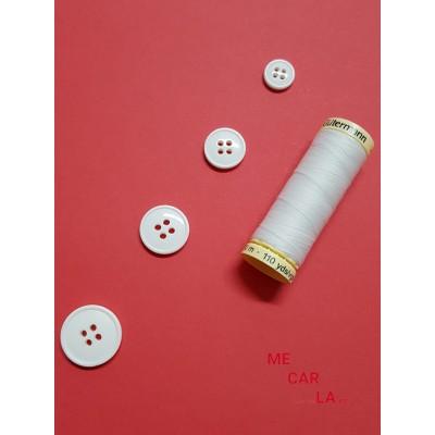 Botón blanco cuatro agujeros