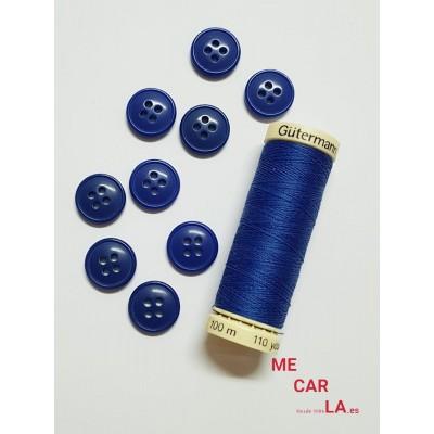 Botón azulón con cuatro agujeros